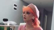 芭比圣誕舞會打造華麗女王造型 給芭比娃娃化妝貼假睫毛