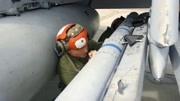 美軍技師拆卸空對空導彈彈翼