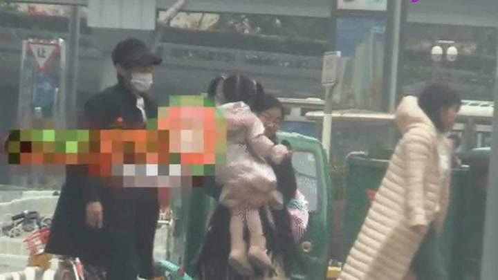 秦昊帶小米粒去診所就醫,寸步不離女兒身邊,慈父盡顯