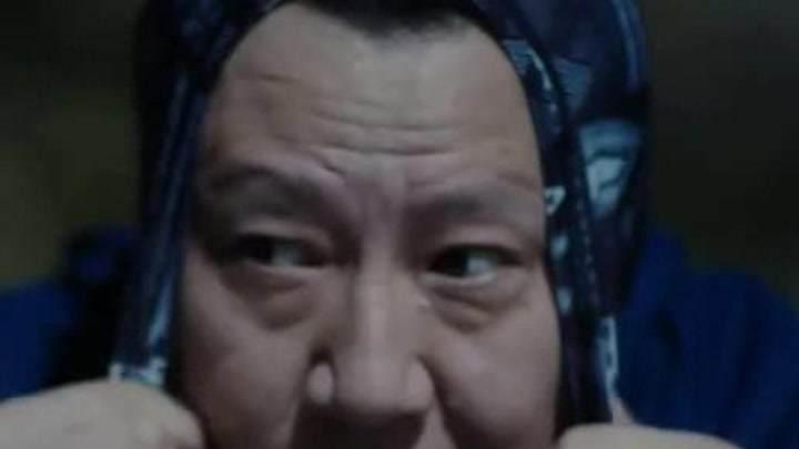 老魏是帶了花頭套的無臉男
