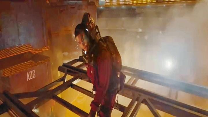 劉啟和蒂姆遇到麻煩,劉啟奮不顧身跳下車,竟鉆進了點火閘!
