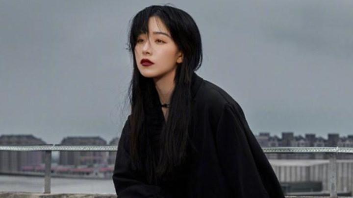 沒想到闞清子接回長發這么美,穿黑色襯衫裙秀長腿,配紅唇好迷人