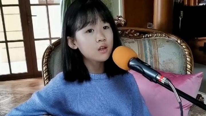陸毅和鮑蕾的女兒果然很優秀,小小年紀就學會了吉他,歌聲有磁性