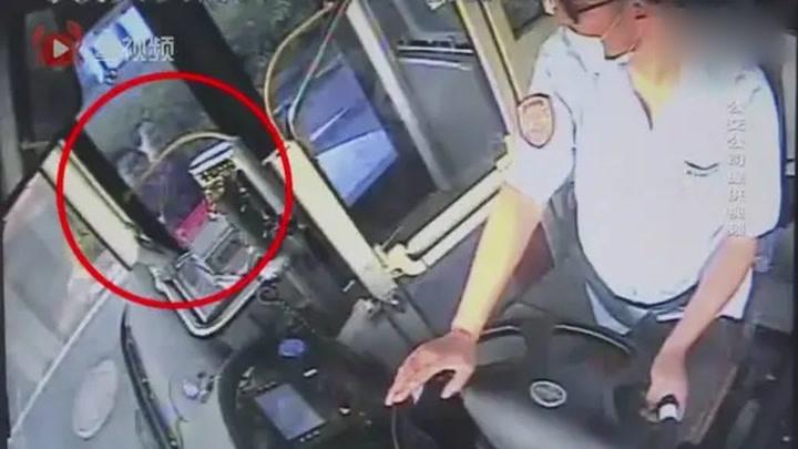 車曉飛,棒!公交車變救護車救路邊求救游客