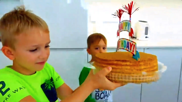 尼基兄弟:弗拉德和尼基塔为妈妈庆祝生日,做美味蛋糕和惊喜礼物